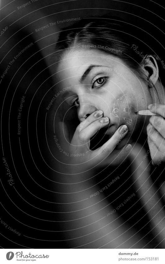 pain schön Frau Erwachsene schwarz weiß Schmerz Angst platzen Blase verbrannt Wange geschnitten stechen Dame Furche Panik Schwarzweißfoto