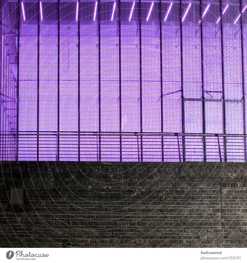 Lightbox violett Licht Wand Industriefotografie Nacht Architektur träumen grau graphisch Elektrizität Raum Geländer Lager Lampe Beleuchtung modern Freude