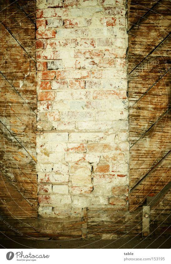 materialmix alt Wand Holz Stein Mauer Raum verrückt Häusliches Leben Burg oder Schloss Backstein Handwerk historisch Holzbrett Gutshaus Putz Restauration