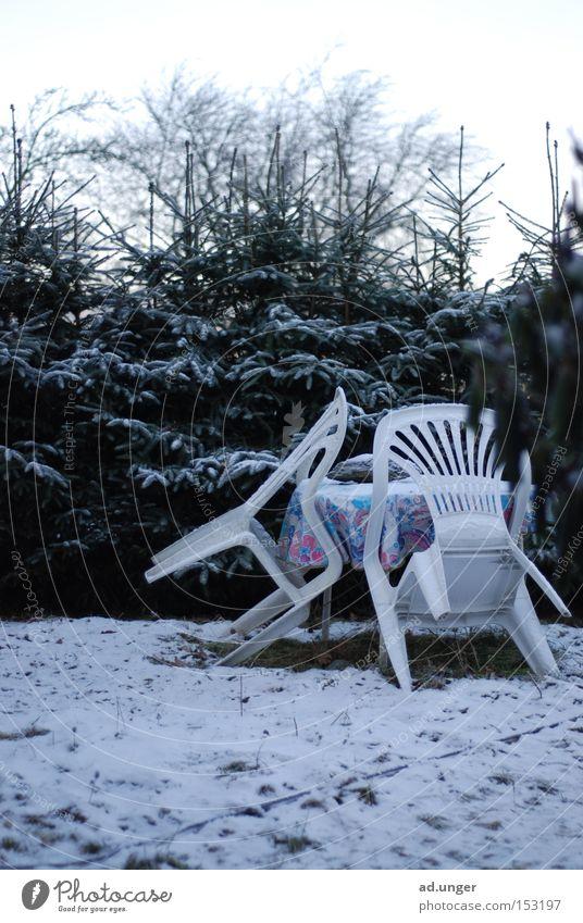 Stühle haben kalte Füße Gartenstuhl Stuhl Plastikstuhl Winter Schnee parken Dresden Möbel Gartenmöbel kleine Fichten Tischwäsche