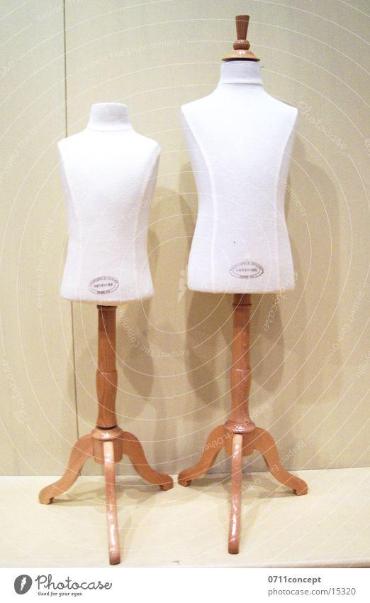 boy and girl Schaufenster Schaufensterpuppe Bekleidung Auswahl Einzelhandel Kinderbekleidung Zufriedenheit Stil Kleiderbügel Ständer anziehen entkleiden Stab