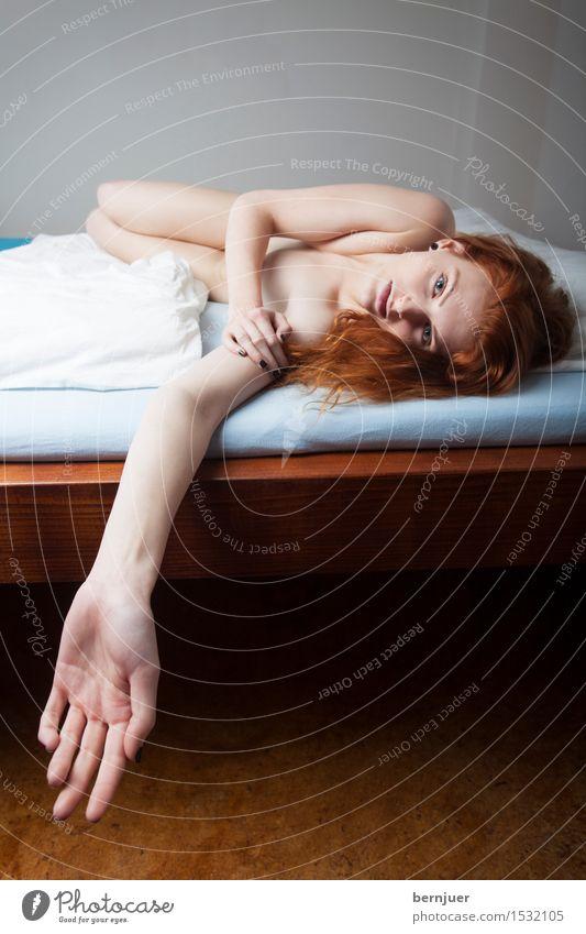 Hand Körper Mensch feminin Junge Frau Jugendliche Arme 1 18-30 Jahre Erwachsene Lächeln liegen ästhetisch authentisch rot Gefühle Erotik Begierde Lust Reinheit