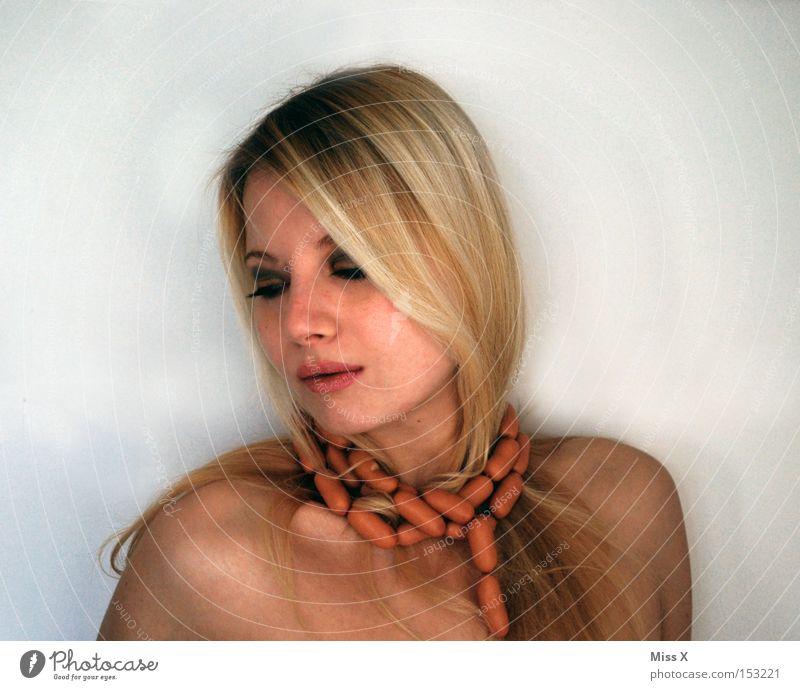 ENDLICH!!!!!!!! Lebensmittel Fleisch Wurstwaren Gesicht Junge Frau Jugendliche 18-30 Jahre Erwachsene blond skurril Hals Würstchen Farbfoto langhaarig