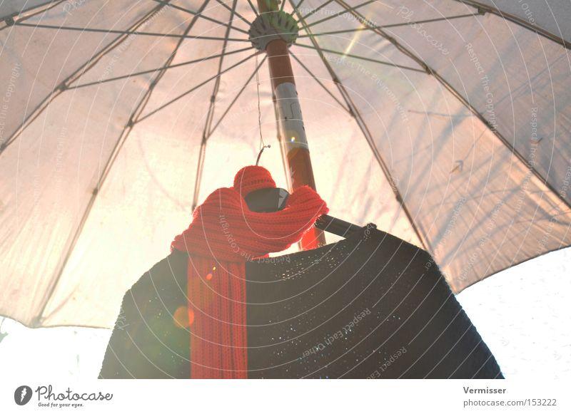 Wintersonne. Sonne rot schwarz kalt Bekleidung Sonnenschirm Strahlung Pullover Schal