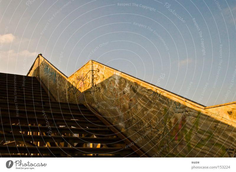 Behelfsübergangsbrückentreppe Himmel Sommer Umwelt oben Holz Treppe Brücke Schönes Wetter Geländer verfallen Treppengeländer Brückengeländer eckig Übergang Zickzack Holzgestell