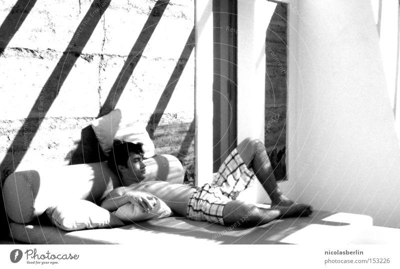 i wasn't lonely, i was just waiting by myself schwarz weiß Sonne schlafen ruhig Erholung Morgen Kissen Bett Halbschlaf träumen Sonnenstrahlen Zufriedenheit