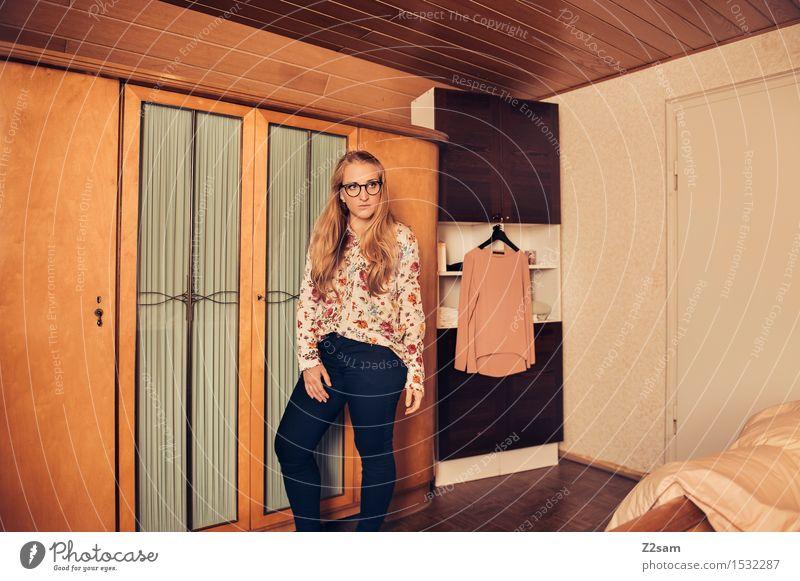 Back to the 70s Lifestyle elegant Stil schön Junge Frau Jugendliche 18-30 Jahre Erwachsene Haus Einfamilienhaus Traumhaus Mode Hose Bluse Brille blond