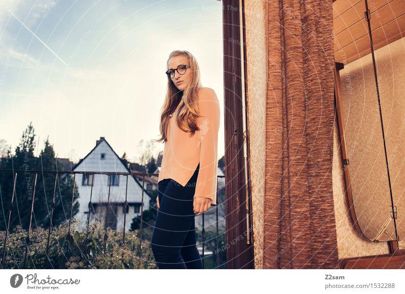 Back to the 50s feminin Junge Frau Jugendliche 18-30 Jahre Erwachsene Dorf Haus Einfamilienhaus Mode Hose Bluse blond langhaarig stehen Coolness elegant trendy