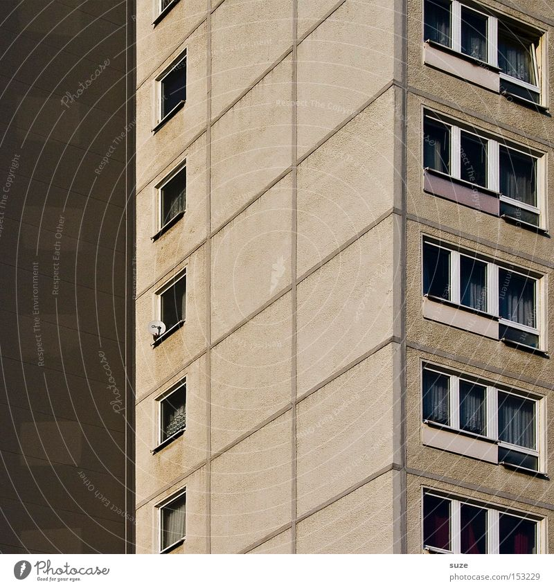 Plattenbau Häusliches Leben Wohnung Haus Gebäude Fassade Fenster Beton Billig trist Vergänglichkeit Neubau DDR Fensterfront Ecke Gardine Immobilienmarkt