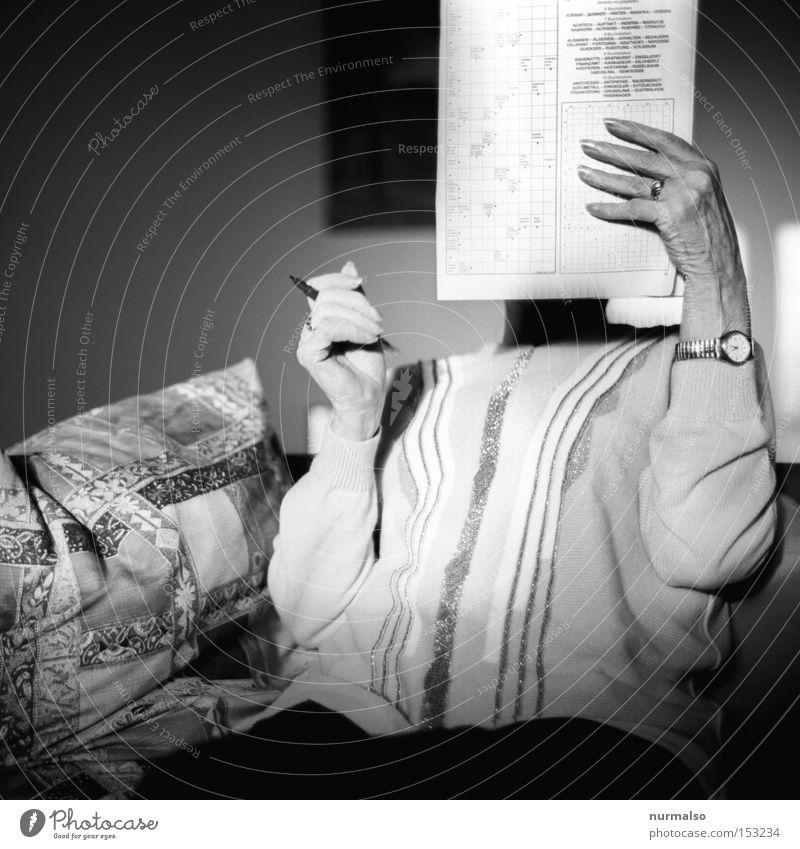 Kreuz Wort Rätsel Zeitschrift Heft Schreibstift Buchstaben Aufgabe Denken Senior Ruhestand Altersversorgung Strickpullover Uhr Lesebrille Freizeit & Hobby