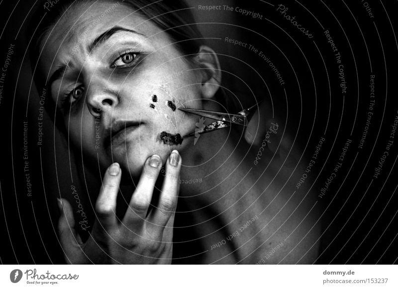pain² Frau Gesicht Angst Werkzeug Finger Krankheit Schmerz Dame Blut Unfall Panik geschnitten Schere stechen Wunde