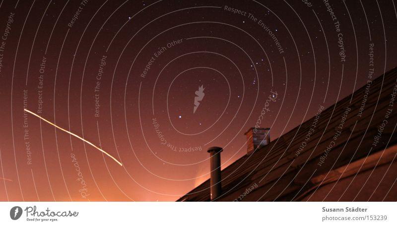 Sternschnuppe Silvester u. Neujahr Feuerwerk Rakete Dach Schornstein Erkenntnis Sternbild Tierkreiszeichen Licht Langzeitbelichtung Lampe Sternenhimmel