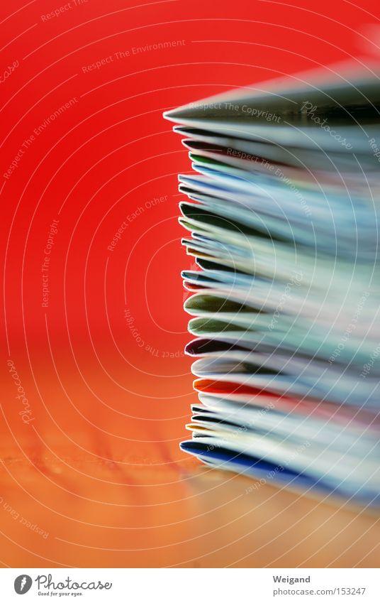 CMYK Handzettel Druckerzeugnisse Schriftstück rot Stapel mehrere Makroaufnahme Unschärfe Information Zeitung Grafik u. Illustration Bildung Medien viele