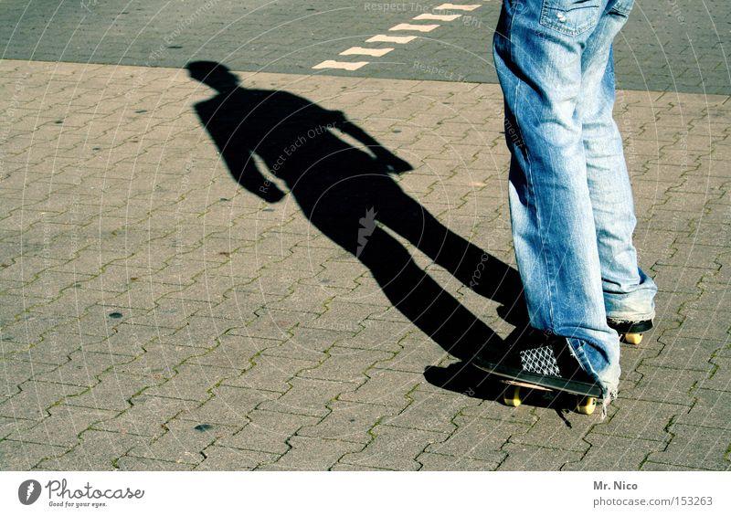asphaltcowboy *3* Skateboarding Sport Aktion Schatten Zufriedenheit vertikal standhaft Funsport Freizeit & Hobby Spielen street Bewegung fun Jeanshose