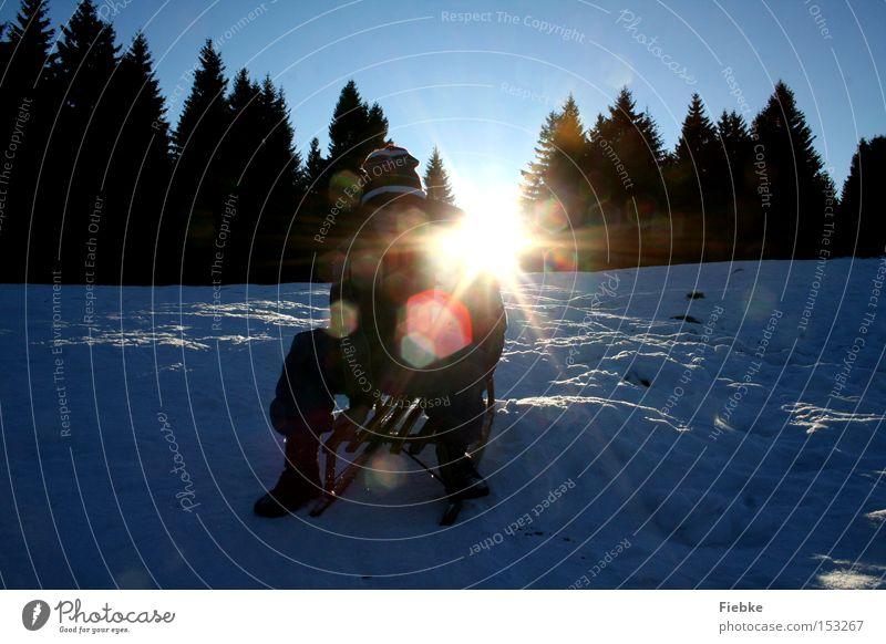 Rodelspaß Himmel Ferien & Urlaub & Reisen weiß Sonne Baum Freude Winter kalt Berge u. Gebirge Beleuchtung Schnee Holz hell Freizeit & Hobby Eis Hügel