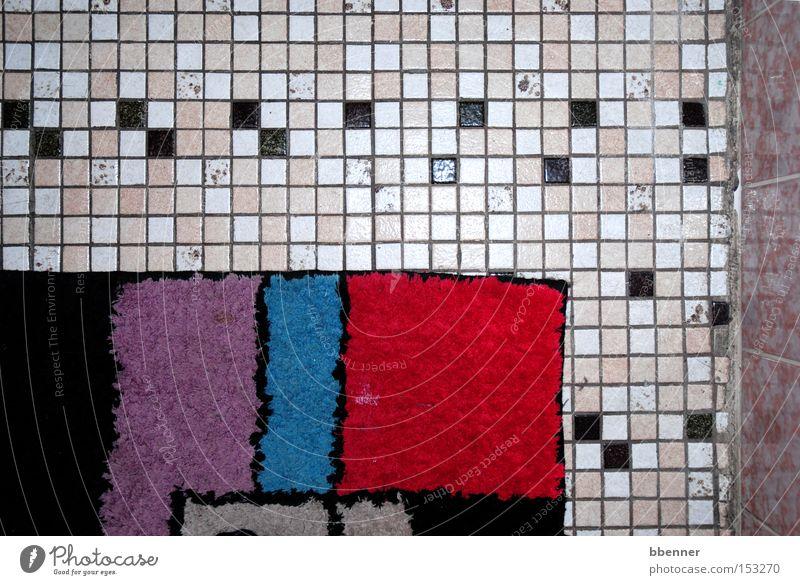 Badezimmer alt weiß blau rot schwarz Wand rosa Bodenbelag violett Vergänglichkeit Fliesen u. Kacheln Teppich gebraucht Mosaik