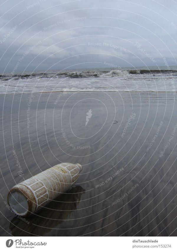 leer... Atlantik Fundstück Flasche Kunststoff Meer Reflexion & Spiegelung Strand dunkel grau blau Küste Afrika kamerun