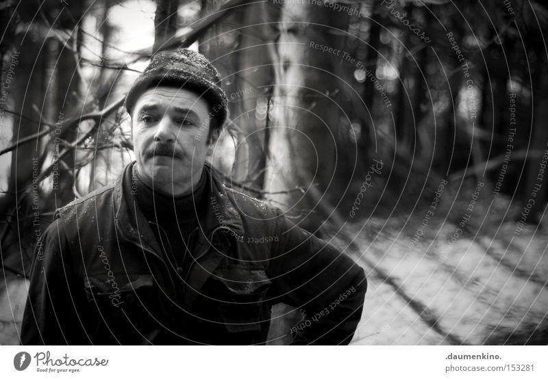 waiting for myself Mann Baum Wald kalt Schnee Holz Luft Eis Nebel Pause Ast Handwerk Arbeiter stagnierend Beruf