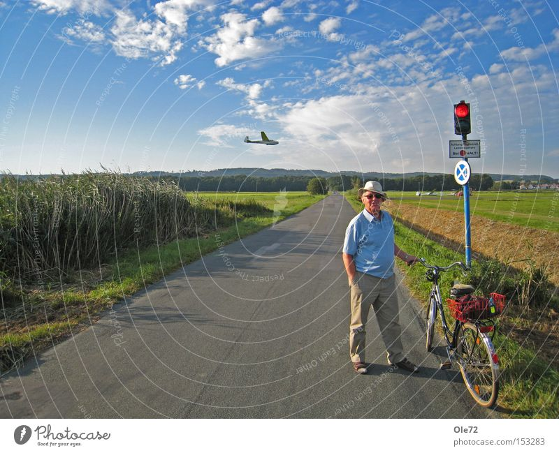 Entschleunigung Sommer rot ruhig warten Fahrradfahren Flughafen Ampel Straßennamenschild Luftverkehr Zeichen
