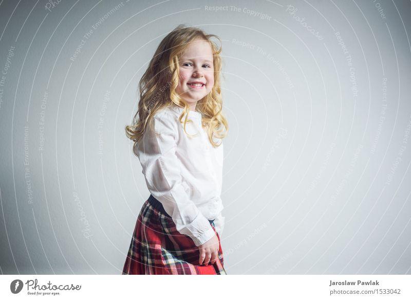 Schönes lächelndes blondes Mädchen in einer Schuluniform Mensch Kind Frau Jugendliche schön weiß Hand Freude Gesicht Erwachsene Lifestyle lustig klein Glück