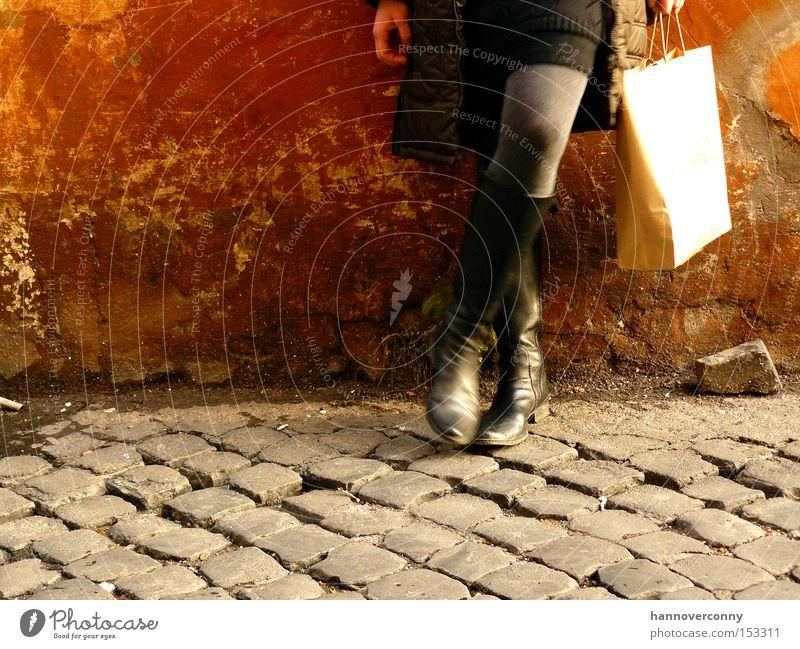 Shopping in Rom Frau schön dreckig kaufen Pause dünn verfallen Rock Rost Stiefel Kopfsteinpflaster Tüte Schuhe lässig anlehnen
