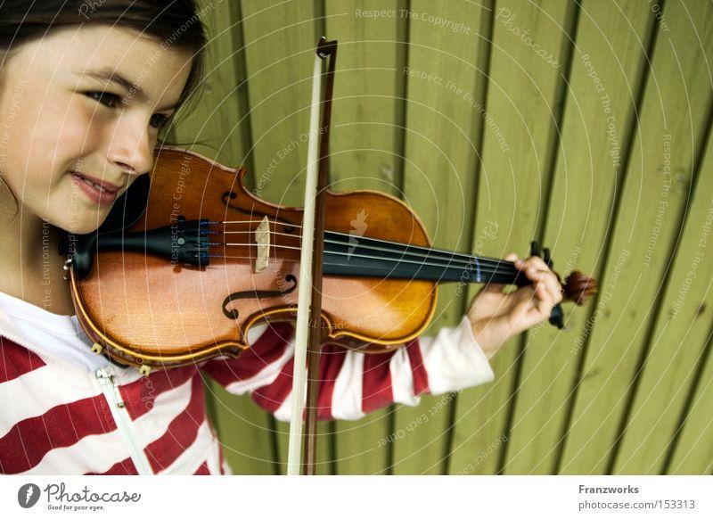 Trompete. Kind Mädchen Musik Fröhlichkeit Konzert hören Musikinstrument Musiknoten Geige üben Bogen Klassik musizieren Streichinstrumente