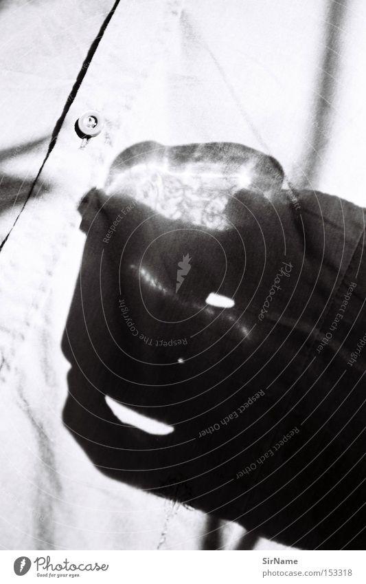 39 [whiskeyschatten] trinken Alkohol Glas Erholung Freizeit & Hobby Club Disco Hand Hemd glänzend bedrohlich Wasserglas Nachmittag Schattenspiel Schwarzweißfoto