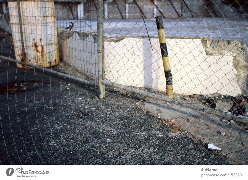 41 [street stories - restricted access] Wand Mauer authentisch trist kaputt Baustelle verfallen Afrika Zaun trashig Demontage Pfosten Teer Bordsteinkante Tank