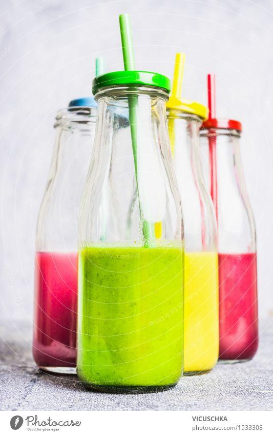 Smoothie in Flaschen mit Strohhalmen Sommer Gesunde Ernährung Leben Stil Hintergrundbild Lifestyle Design Frucht Glas Tisch Getränk Gemüse Bioprodukte Frühstück
