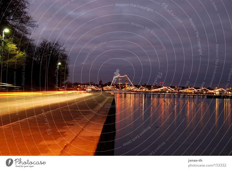 sea lights at twilight I Wasser Himmel Strand Wolken Straße Dämmerung See Wasserfahrzeug Küste groß KFZ Hafen Nacht Scheinwerfer Kiel