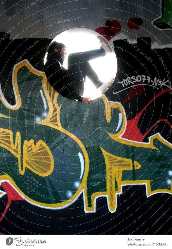runde Sache ruhig Graffiti Denken sitzen träumen Sehnsucht Fernweh Farbe Kreis verfallen Wandmalereien Gegenlicht