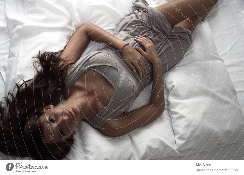 auszeit Lifestyle harmonisch Wohlgefühl Zufriedenheit Erholung ruhig Häusliches Leben Bett Schlafzimmer feminin Haut Stoff brünett langhaarig liegen schön
