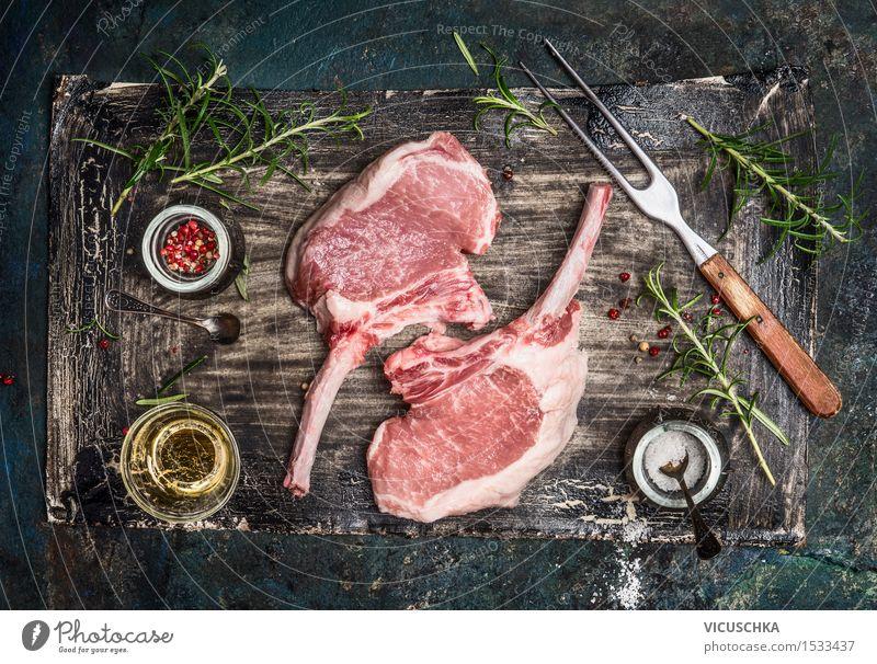 Schweine Koteletts mit Öl und Gewürze für Grill Essen Foodfotografie Stil Lebensmittel Design Ernährung Tisch Kräuter & Gewürze Küche Bioprodukte Restaurant