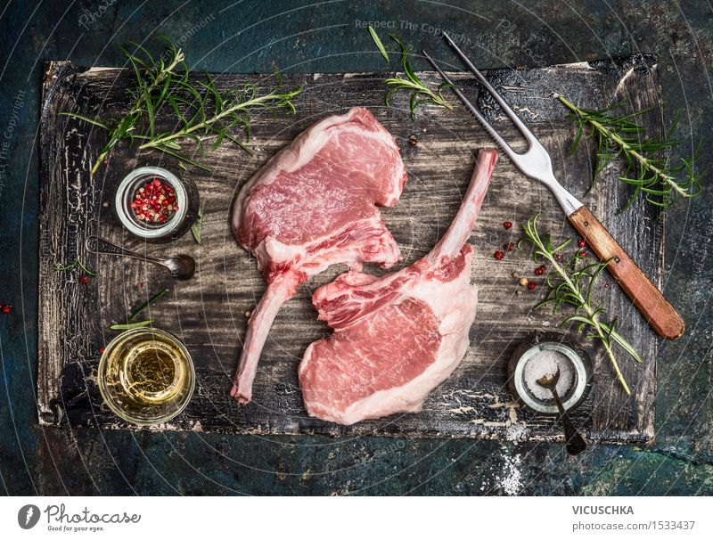 Schweine Koteletts mit Öl und Gewürze für Grill Lebensmittel Fleisch Kräuter & Gewürze Ernährung Abendessen Bioprodukte Gabel Stil Tisch Küche Restaurant Design