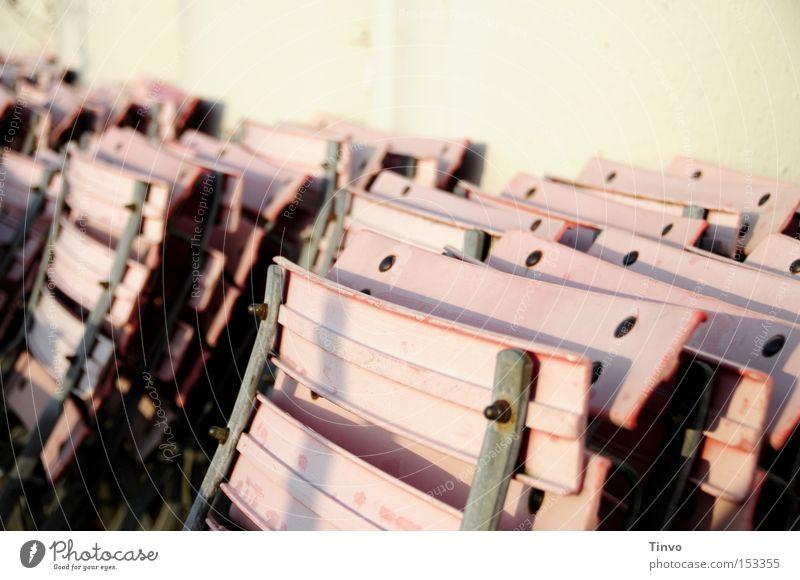Wenn jetzt Sommer wär... Sonne rosa trist Stuhl Gastronomie Café Rost Terrasse vergessen Saison Treffpunkt ausgebleicht Klappstuhl angelehnt Gartenstuhl