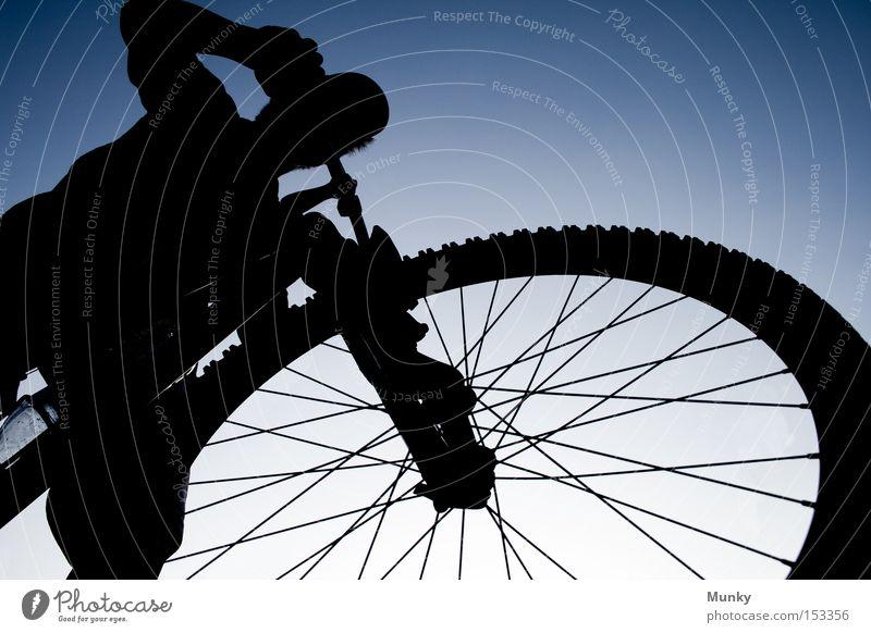 Auf neuen Wegen - Willkommen 2009 Fahrrad Himmel blau schwarz fahren Sport Freizeit & Hobby Mountainbike Aktion Weitwinkel Silhouette Spielen sky Perspektive