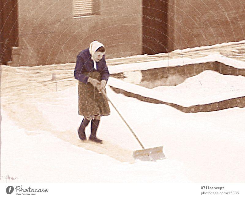 Anna räumt seit 96 Jahren ab Frau Winter Erwachsene Schnee Coolness Bauernhof Großmutter Senior Gummistiefel Nachbar Schaufel Kopftuch Weiblicher Senior Eingangstür Schneeschaufel