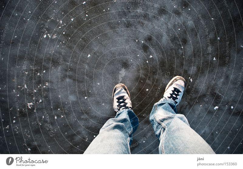 Bis es bricht... Winter kalt See Beine Fuß Eis Schuhe stehen Bodenbelag Hose Teich Glätte