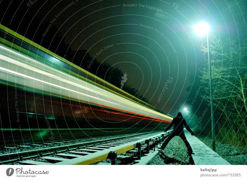 nachtzug Eisenbahn Mann Mensch Gleise Geschwindigkeit Licht Lampe Nachtzug Winter Verkehrswege Ziel Ankunft Fahrplan Gleisarbeit Selbstmörder Bahnhof