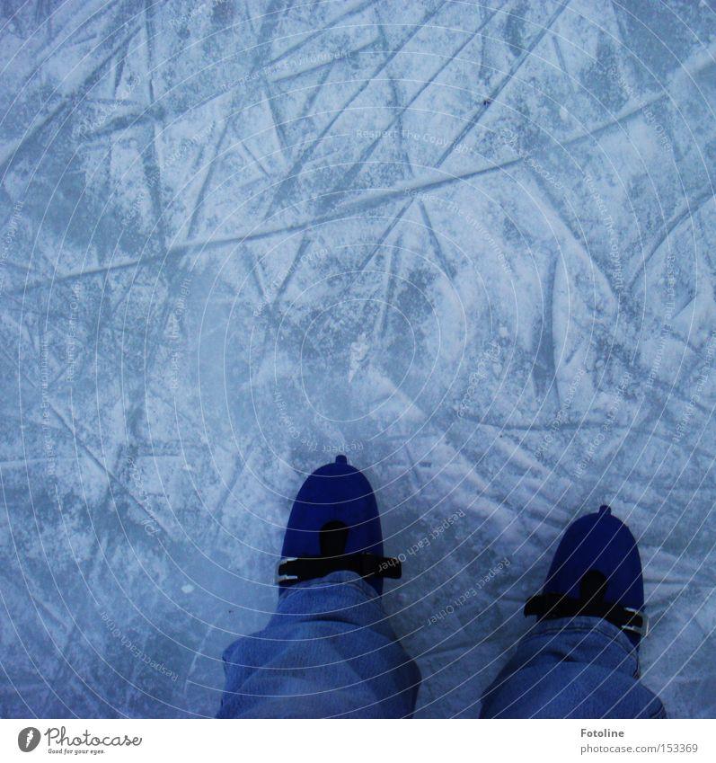 Wintervergnügen II Eis Schlittschuhe Eisfläche laufen Laufsport Läufer Spuren Schnee kalt Frost Wintersport Freude Sport Spielen