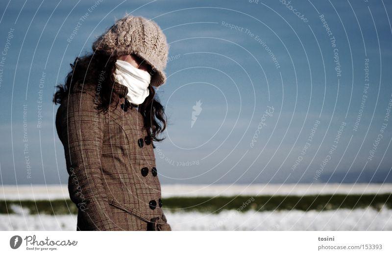 eisig Winter Schnee Mensch Frau Erwachsene Himmel Horizont Mantel Schal Mütze kalt Angst geheimnisvoll anonym verpackt vermummen vermummt verstecken unerkannt