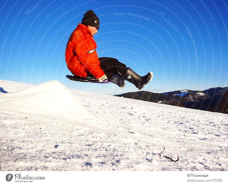 Bandscheibentraining Rodeln Schlitten Winter springen Luft Schneelandschaft Extremsport Bob Schanze Himmel Abheben Geschwindigkeit Hemmungslosigkeit gewagt
