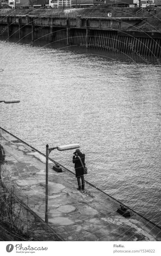 HH16.1 | Der Fotograf Mensch maskulin Junger Mann Jugendliche Wasser Hamburg Stadt Hafenstadt Schifffahrt beobachten trist grau Stimmung Einsamkeit