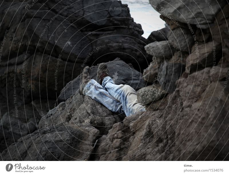 Schaltbubu   Sonderurlaub Mensch Natur Erholung Landschaft Berge u. Gebirge Umwelt Wege & Pfade Küste Beine Fuß Felsen maskulin liegen Schuhe genießen schlafen