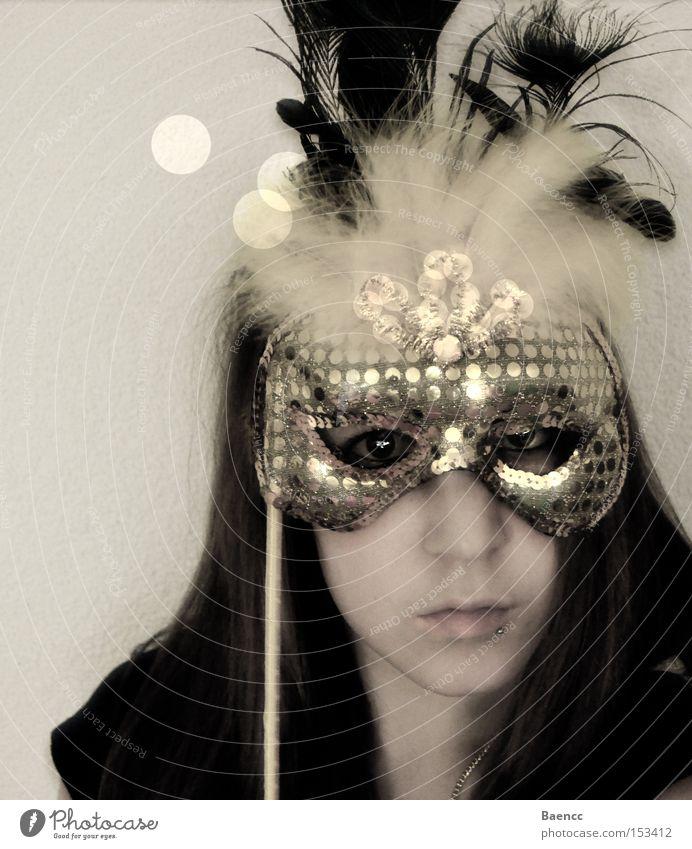 hinter der Maske Frau Gesicht gelb gold Feder Karneval edel Versteck Pailletten