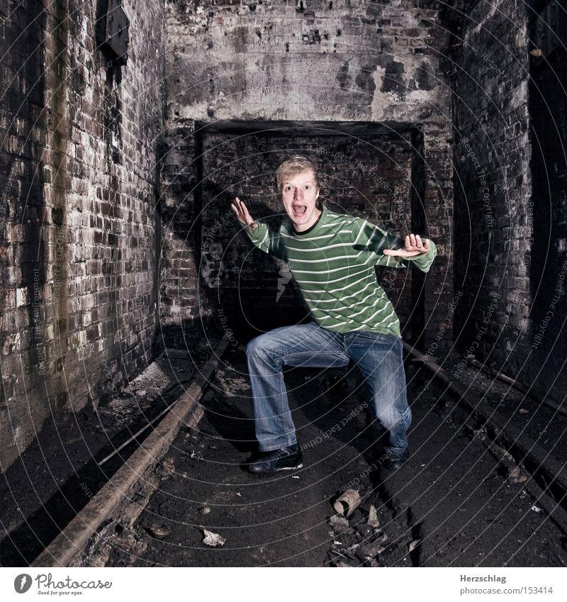 ge.scream.ed schreien Angst Höhle dreckig Loch Bunker U-Bahn S-Bahn Eisenbahn Gleise Schrecken lustig Mauer Stein Panik verfallen