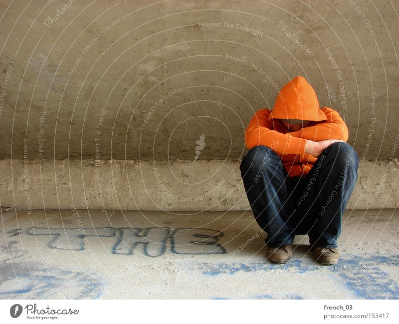 """""""Der"""" Kapuzenmann Mensch Einsamkeit kalt Traurigkeit orange Armut Beton sitzen Trauer Brücke Verzweiflung anonym Obdachlose Kapuze verschränken verschränkt"""
