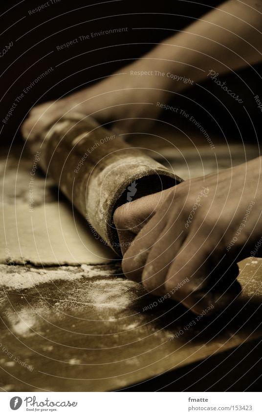 Kuchen backen Küche Teigwaren Bäcker Hand Mehl Bäckerei Backwaren Nudelholz ausrollen