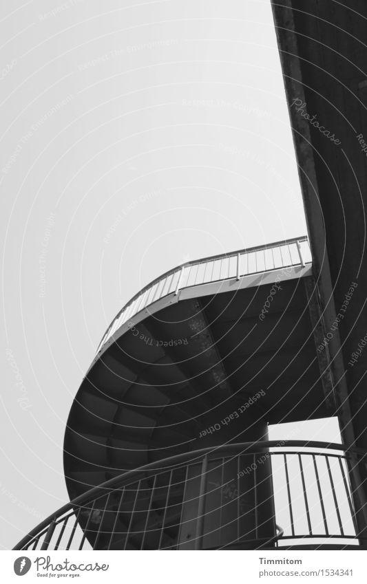 Gestalt.ung. Himmel Brücke Treppe Verkehr Beton Metall Linie ästhetisch dunkel grau schwarz Geländer Sachlichkeit Schwarzweißfoto Außenaufnahme Menschenleer