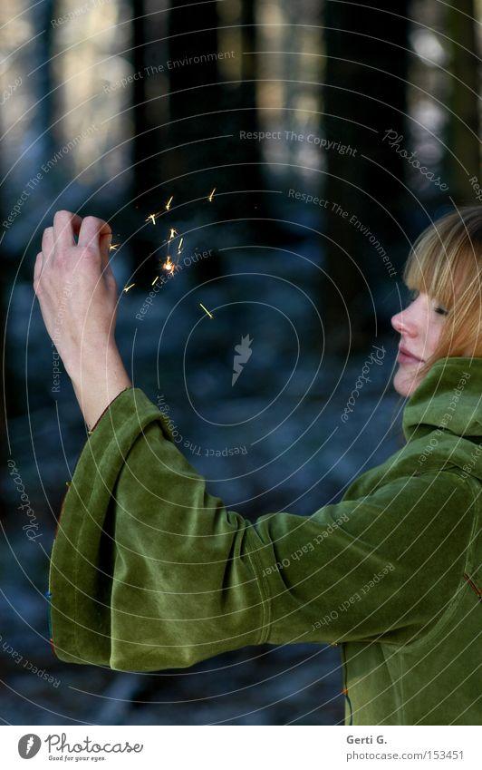 ZauberFrau Frau Hand Wald Haare & Frisuren Mode Arme Feuer Konzentration Zauberei u. Magie Fee Funken